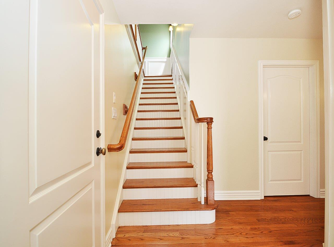 232-Via-Alameda-stairs-to-second-level